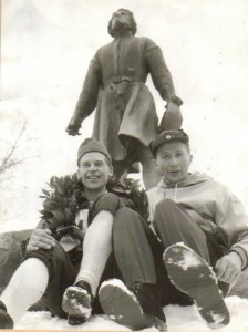 Gunnar Larsson & Mora Nisse vid Vasastatyn